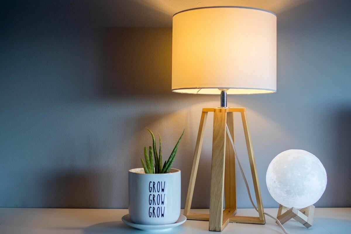 Moderná stolová lampa